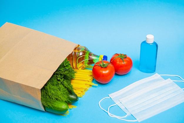 Pacchetto di donazione con cibo e dispositivi di protezione individuale per le persone bisognose