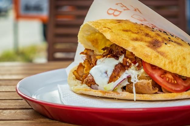 Doner kebab in una pizzeria locale e ristorante gyros