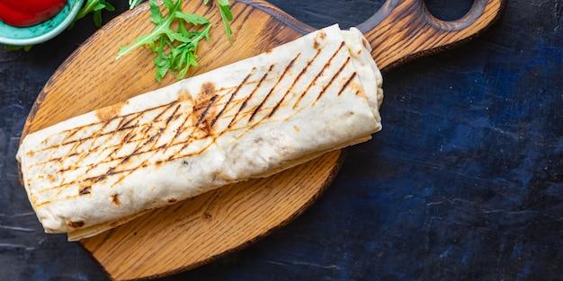 Rotolo di panino shawarma doner kebab o burrito carne verdure salsa taco