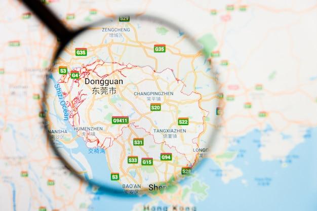 Dongguan, concetto illustrativo di visualizzazione della città della cina sullo schermo di visualizzazione tramite la lente d'ingrandimento
