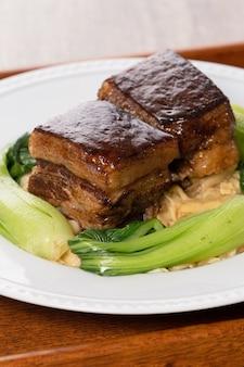 Carne di maiale dongpo con verdure verdi, cibo tradizionale per il capodanno cinese