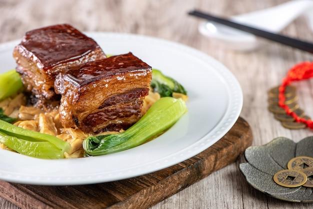 Carne di maiale dongpo con verdure, pasto del capodanno cinese tradizionale