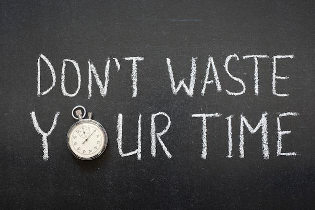 Non sprecare il tuo tempo frase scritta a mano sulla lavagna cronometro vintage preciso utilizzato al posto di o