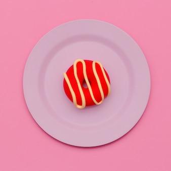 Ciambella. disposizione piatta. arte minimale di caramelle. vibrazioni dolci alla vaniglia