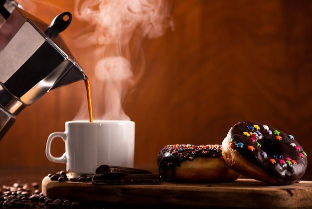 Ciambelle servite con un po 'di caffè