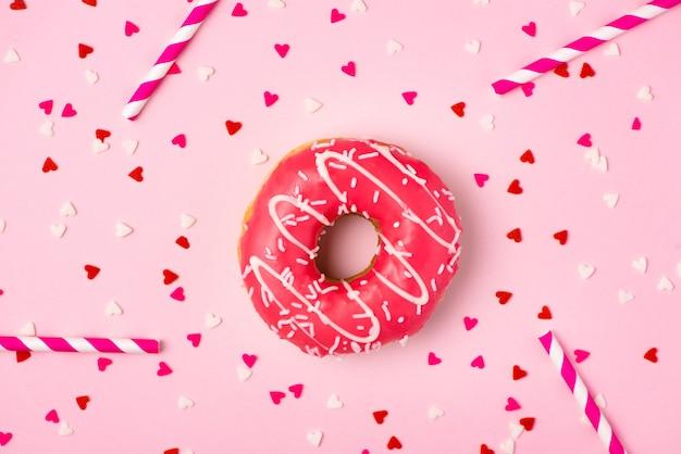 Ciambelle con glassa su sfondo rosa pastello con copyspace. ciambelle dolci.