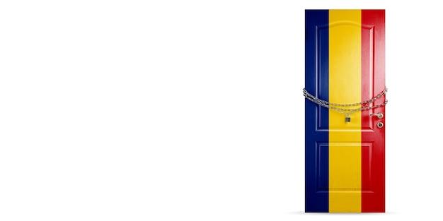Porta colorata nella bandiera nazionale della romania che si chiude con catena paesi di blocco durante