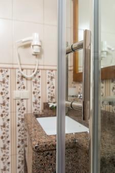 Maniglia della porta sotto la doccia