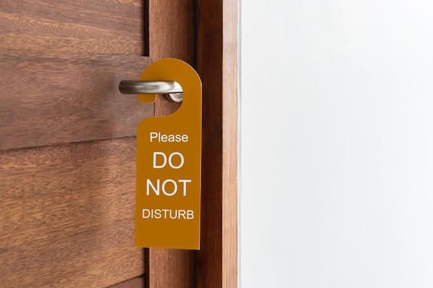 Porta della camera d'albergo con cartello per favore non disturbare