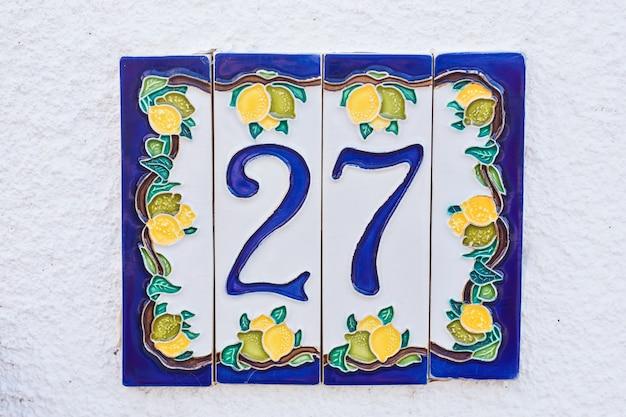 Porta numero 27 ventisette immagine concettuale primo piano.