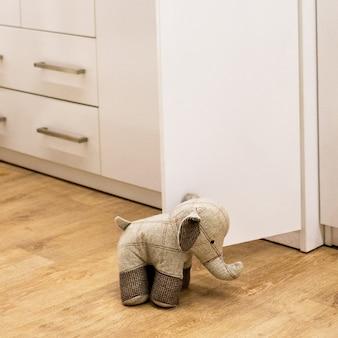 Porta aperta stand cane giocattolo vicino
