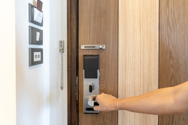 Serratura intelligente di sicurezza della porta e piattaforma di controllo del commutatore di camera sul muro accanto alla porta in thailandia resort