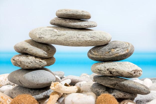 Porta di pietre sulla spiaggia