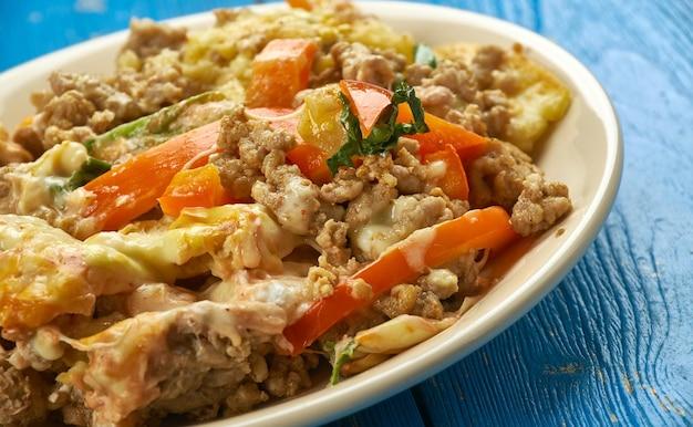 Doritos taco casserole - piatti messicani, fatti con formaggio in stile messicano e condimento per taco