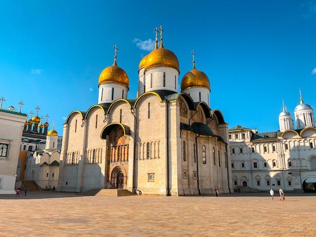 Cattedrale della dormizione o dell'assunzione sulla piazza della cattedrale del cremlino di mosca.