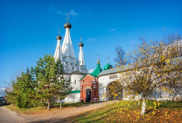 La chiesa della dormizione divnaya e il cancello d'ingresso nel monastero alekseevsky a uglich sotto i raggi del sole autunnale
