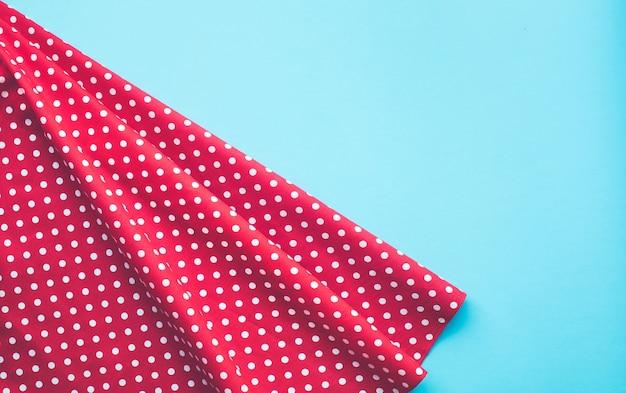 Panno di tessuto rosso a pois con blu