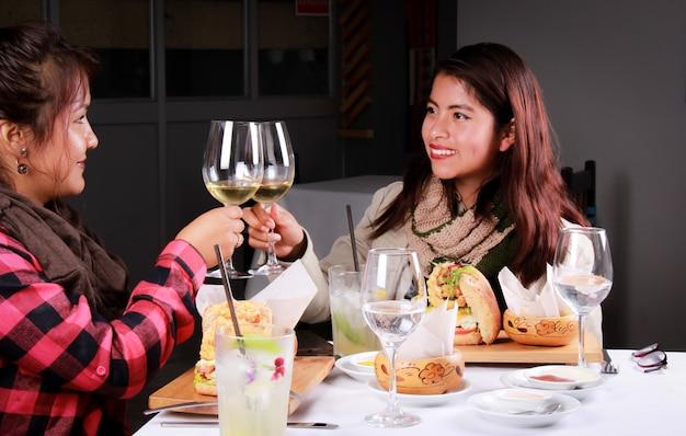 Doppia cena coppia femminile applausi