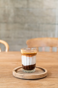 Doppia tazza di caffè sporco (caffè espresso con latte e cioccolato) nella caffetteria caffetteria
