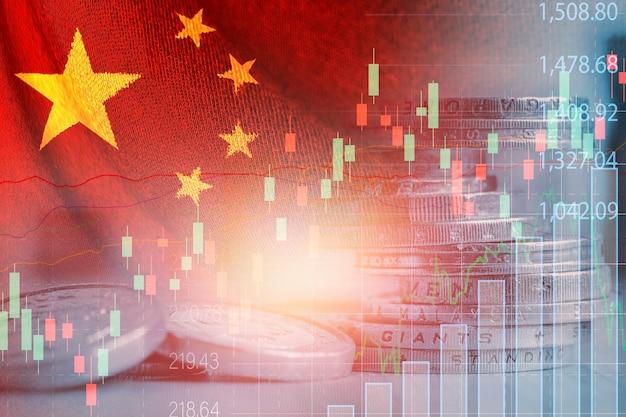 Doppia esposizione della bandiera cinese sull'impilamento delle monete e sul grafico del mercato azionario. è il simbolo dell'economia e della tecnologia ad alta crescita della cina.