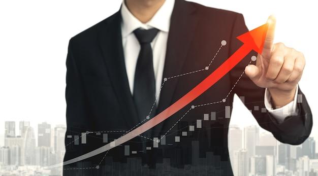 Immagine a doppia esposizione di affari e finanza - uomo d'affari con grafico di report fino alla crescita dei profitti finanziari degli investimenti in borsa