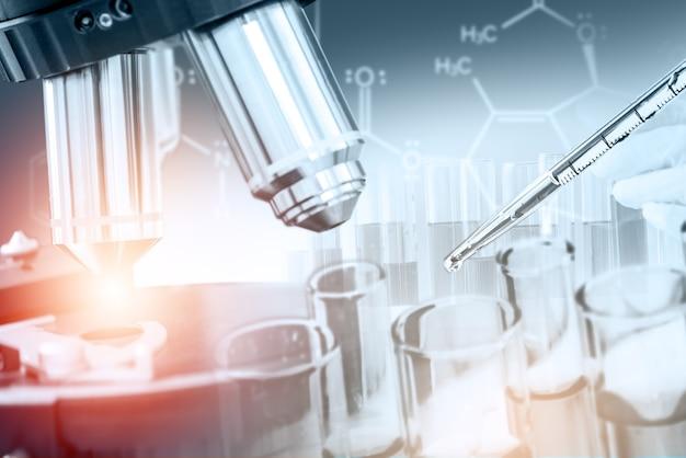 Immagine a doppia esposizione di microbiologia e chimica in laboratorio per lo studio della medicina.