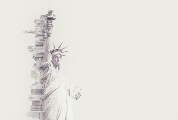 Immagine a doppia esposizione della statua della libertà e dello skyline di new york con immagine tonica dello spazio del piviale