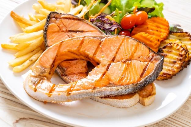 Doppio filetto di salmone alla griglia con verdure e patatine fritte