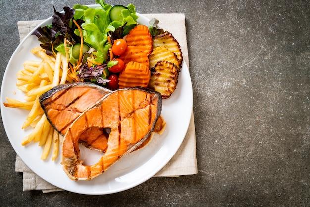 Filetto di salmone alla doppia griglia con verdure e patatine fritte