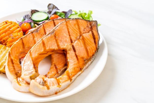 Doppio filetto di salmone alla griglia con verdure