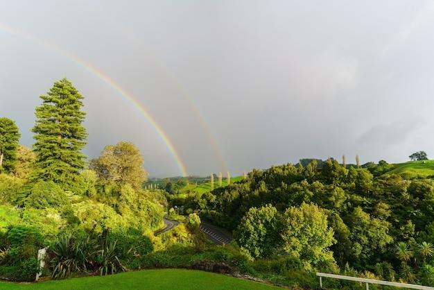 Doppio arcobaleno a waitomo, nuova zelanda