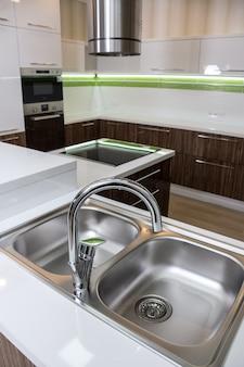 Un doppio lavello in acciaio in stile moderno