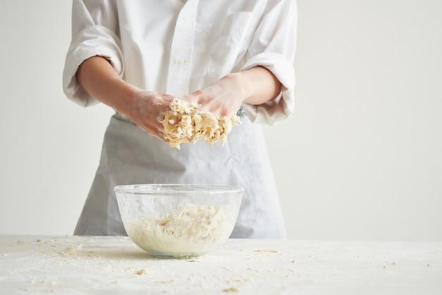 Pasta da forno che cucina i compiti sta cuocendo