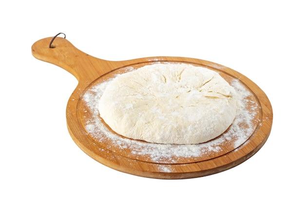 Impasto per khachapuri cibo tradizionale georgiano su un piatto di legno su bianco. mengrelian khachapuri