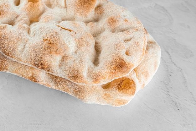 Impasto per pinsa romana su fondo chiaro. cucina italiana gourmet.