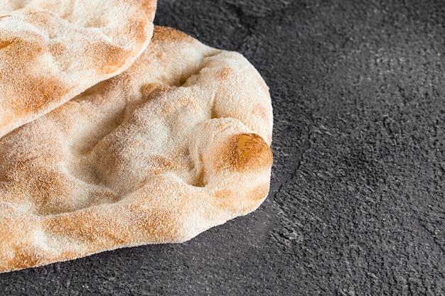 Impasto per pinsa romana e scrocchiarella cucina italiana gourmet. piatto tradizionale in italia. consegna cibo da pizzeria.