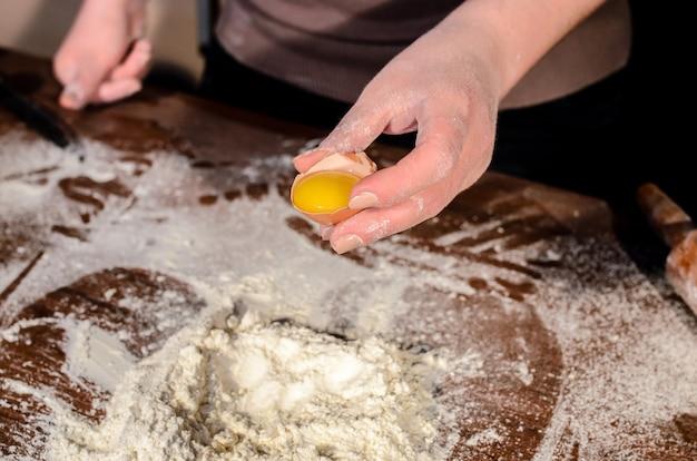 Preparazione dell'impasto per la cottura.