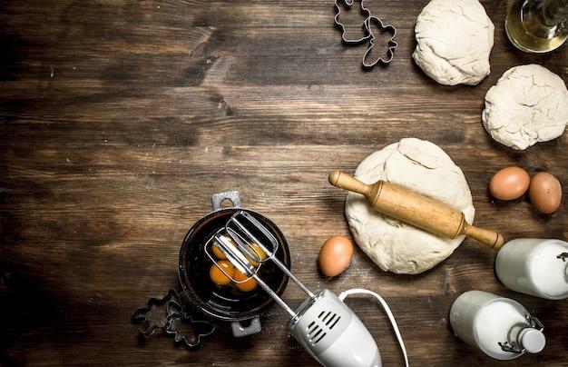 Pasta con vari ingredienti sulla tavola di legno.