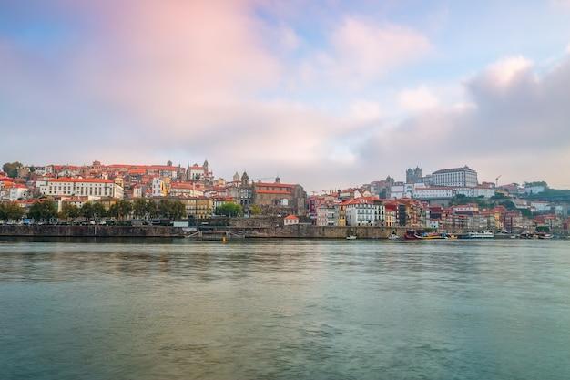 Il fiume douro attraverso la città portoghese di porto.