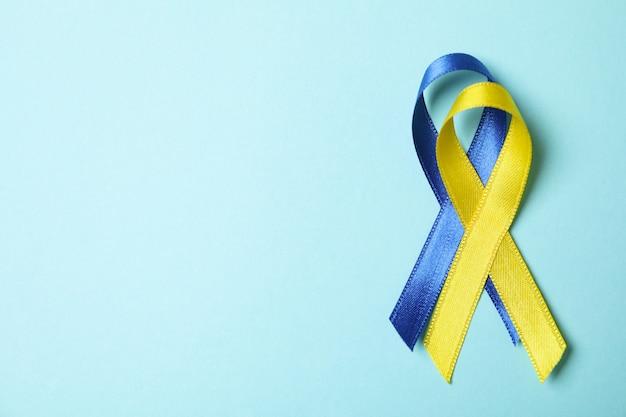 Nastri di consapevolezza della sindrome di down su sfondo blu