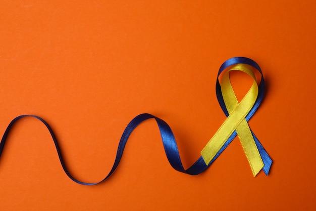 Nastri di consapevolezza della sindrome di down sull'arancio