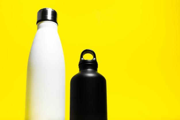 Vista dall'alto di due mezze bottiglie riutilizzabili eco, acciaio e alluminio, termo borraccia