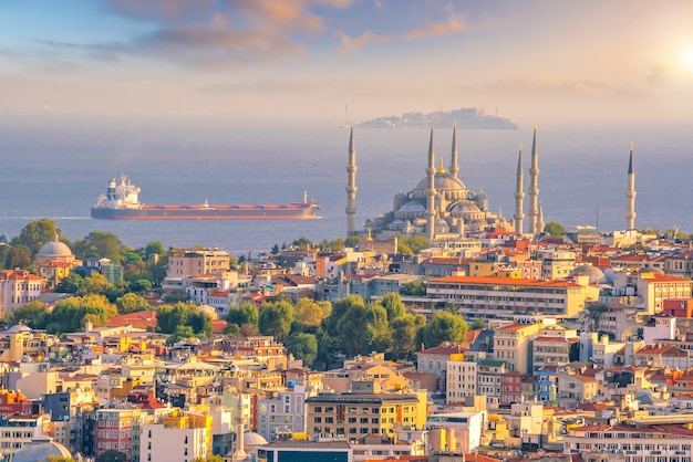 Paesaggio urbano del centro di istanbul in turchia al tramonto
