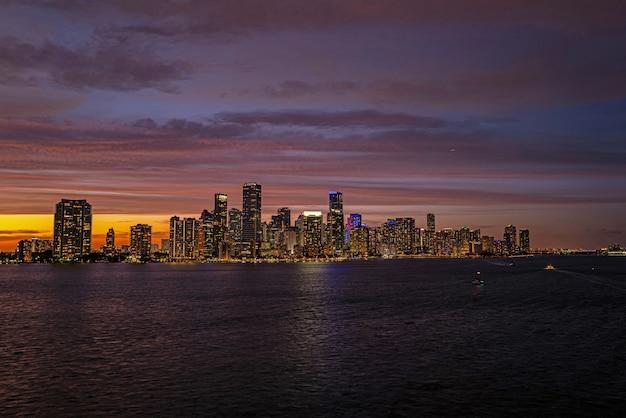 Orizzonte del centro di miami. miami florida, skyline di grattacieli colorati di notte del centro.