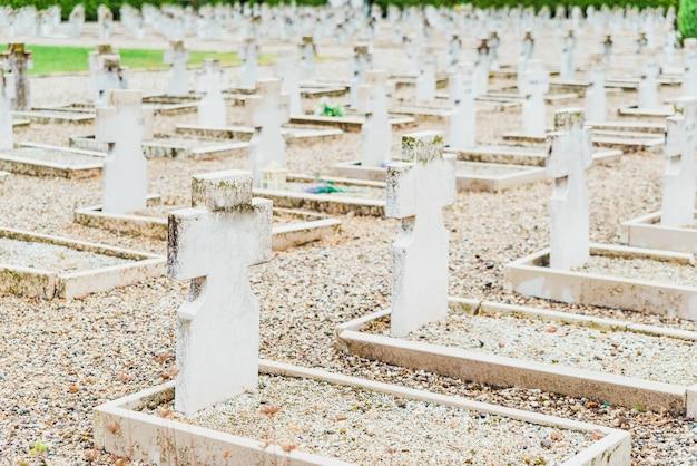 Decine di lapidi di marmo su tombe bianche senza nome in un cimitero militare
