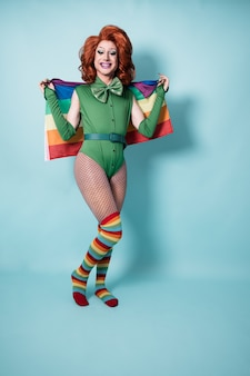 Drag queen con bandiera arcobaleno lgbt - focus on face on