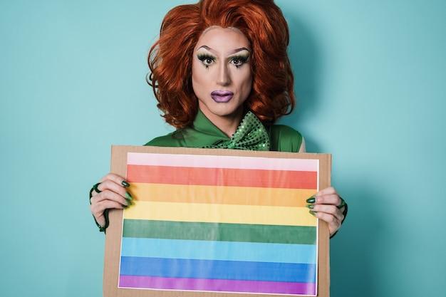 Drag queen con bandiera arcobaleno bandiera - concetto lgbt - focus on face