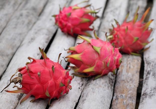 Frutti del drago su superficie organica con messa a fuoco selettiva