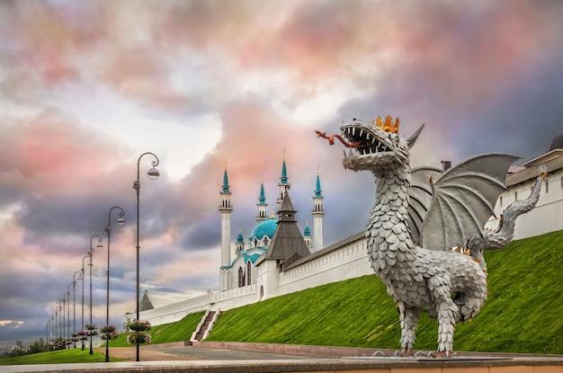 Drago a kazan e la moschea kul-sharif nel cielo multicolore