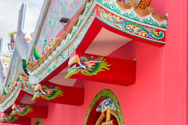 Pittura del drago di colore ad olio sul tetto del santuario pubblico, tailandia
